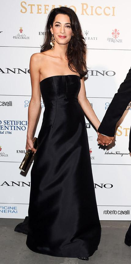 She can do Evening Wear Like a Pro.She is rocking here a simple strapless black gown  for award event with her Hollywood husband.